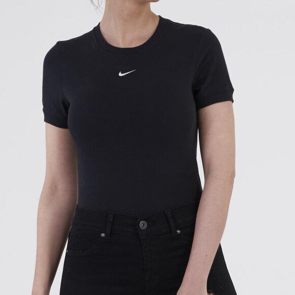 Sportswear essential bodysuit fra nike på kingsqueens.dk