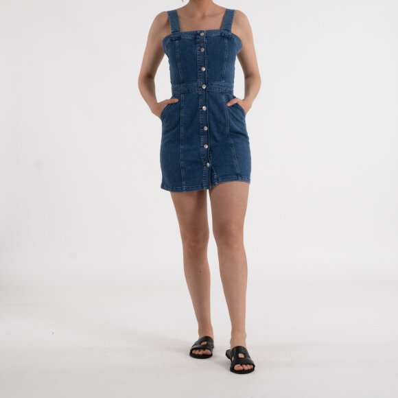 na-kd – Pinafore mini denim dress fra kingsqueens.dk